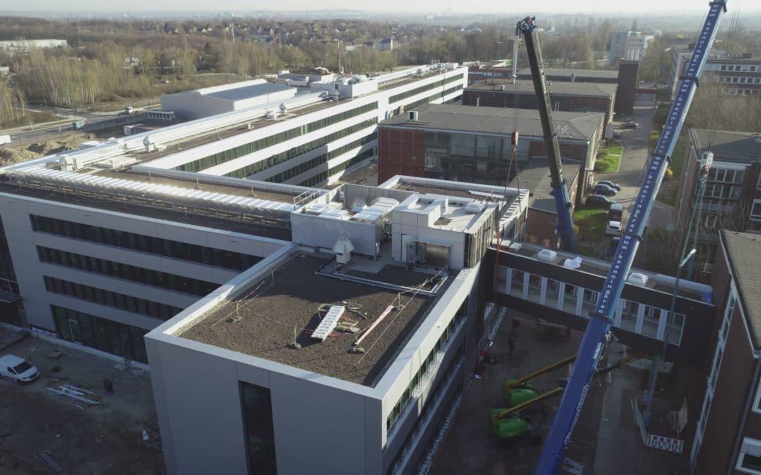 MBN-Luftbildaufnahmen Einhub Verbindungsbrücke TÜV NORD Zentralgebäude in Essen